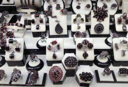 Poszukujemy eleganckiej biżuterii dla swojej małżonki